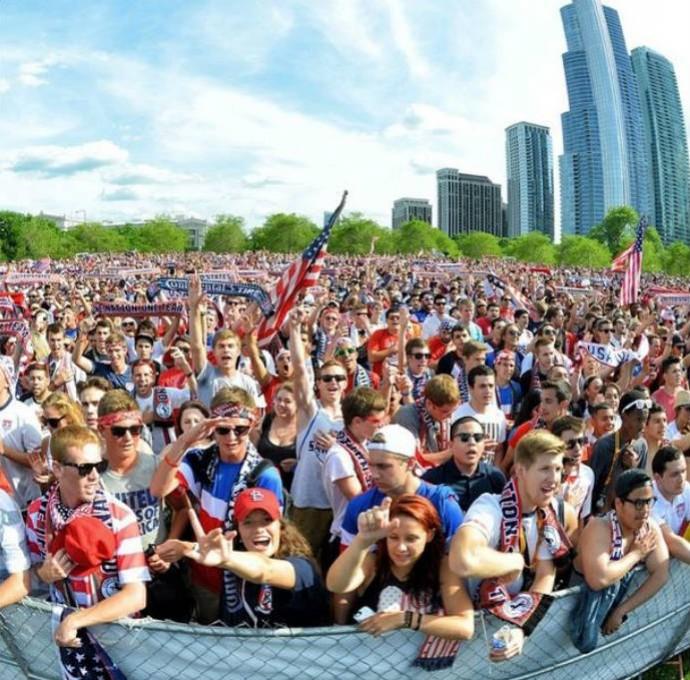 Americanos assistem ao confronto em Chicago (Foto: Reprodução)