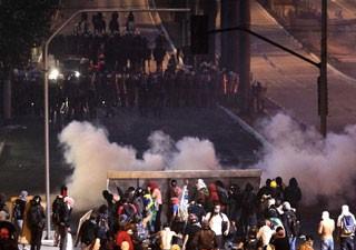 Manifestantes montam barricada para enfrentar a tropa de Choque em Belo Horizonte (Foto: Alexandre C. Mota/Reuters)