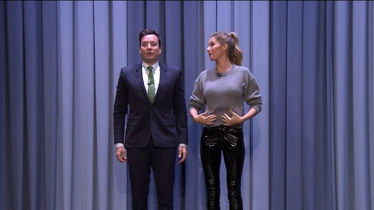 Gisele Bündchen ensina Jimmy Fallon a desfilar; assista a vídeo