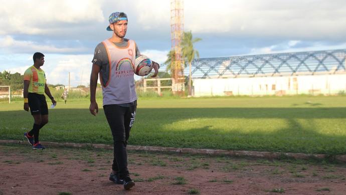 Lucas Real cumpre suspensão e atua como gandula (Foto: Júnior Freitas)