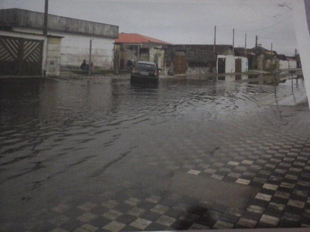 Moradores enfrentam ruas alagadas durante dias de chuva (Foto: Luciana Santos Nascimento/VC no G1)