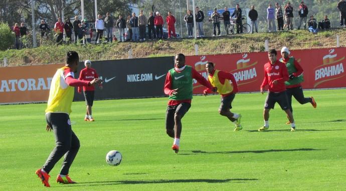 Inter trabalha com bola no CT Parque Gigante (Foto: Tomás Hammes / GLOBOESPORTE.COM)