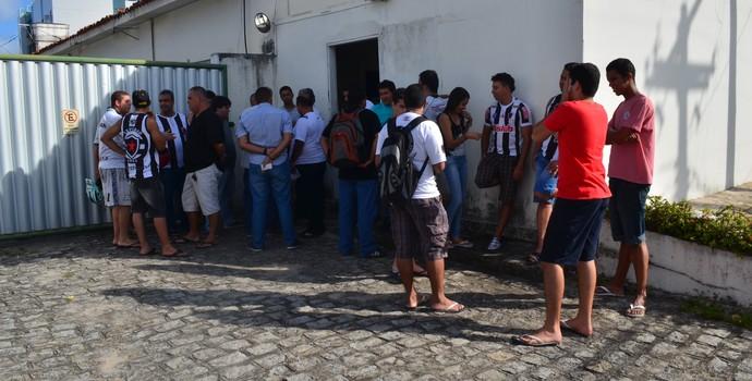 Torcedores e profissionais da imprensa em coletiva do Botafogo-PB (Foto: Cadu Vieira / GloboEsporte.com/pb)