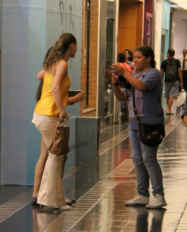 Debora Nascimento com fãs (Foto: DANIEL DELMIRO / Agnews)
