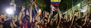 FOTOS: chavistas vão às ruas para celebrar vitória (AFP PHOTO/Juan BARRETO)