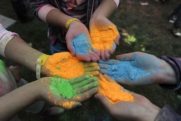 Pós coloridos antes de serem usados no festival (Foto: Alexander Koerner/AFP)