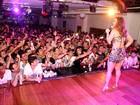 Vivi Araújo faz tributo a Gretchen e dança 'Conga' em boate GLS