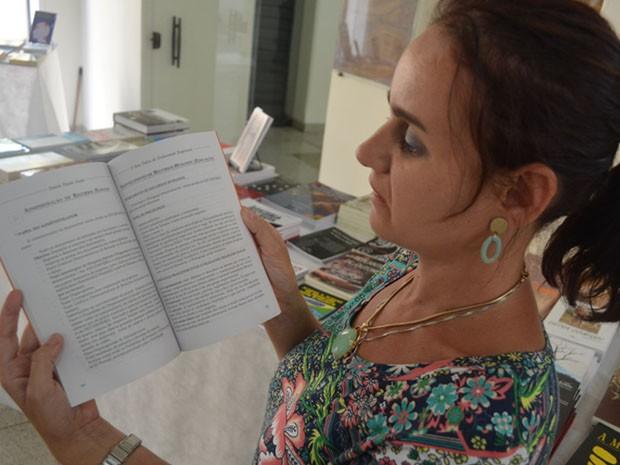 A professora Daniela Donata Scuderi, de 36 anos, pagou R$ 4 mil para ter primeiro livro publicado. (Foto: Rodolfo Tiengo/ G1)
