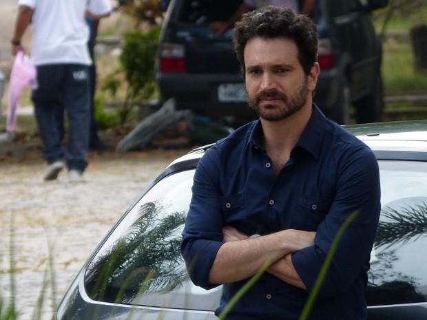 Quem será que Celso está esperando? (Foto: Salve Jorge/TV Globo)