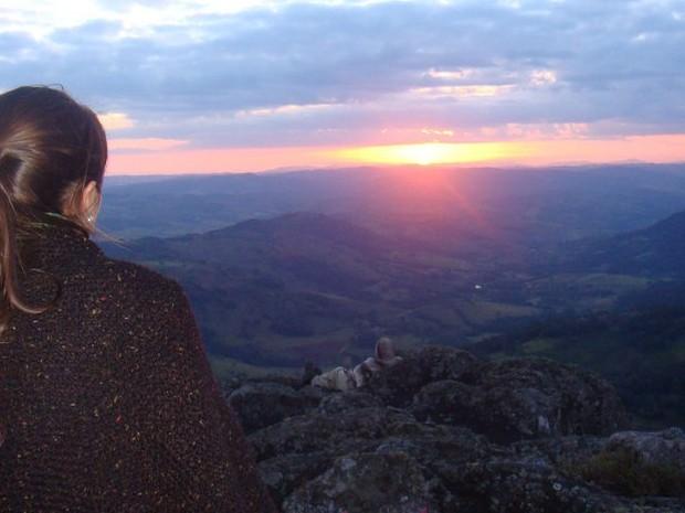Pôr do sol visto do alto da Pedra Branca, em Caldas (MG) (Foto: Lúcia Ribeiro/G1)