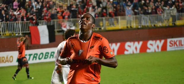Adaílton gol joinville (Foto: Leandro Ferreira / Futura Press)