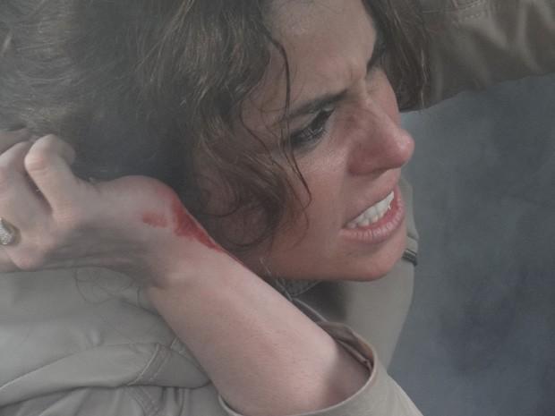 Helô fica ferida em atentato e faz de tudo para salvar sua vida (Foto: Salve Jorge / TV Globo)