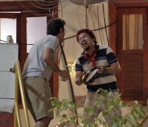 """Os dois fazem uma """"serenata"""" para atrair a atenção de Tina e Indira (Foto: TV Globo)"""