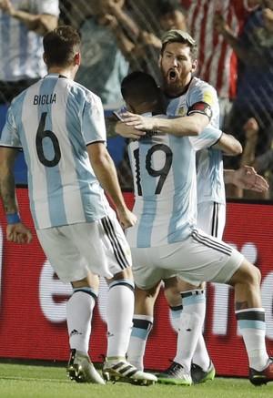 Messi gol de falta Argentina x Colômbia (Foto: AP)