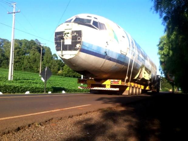 Aeronave com capacidade para 170 passageiros e arrematado por R$ 175 mil ficará em exposição em uma fazenda (Foto: Michelli Arenza / RPC TV)