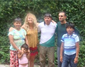 Márcia Brito e Rian Neto com índios do centro (Foto: Reprodução/Facebook)