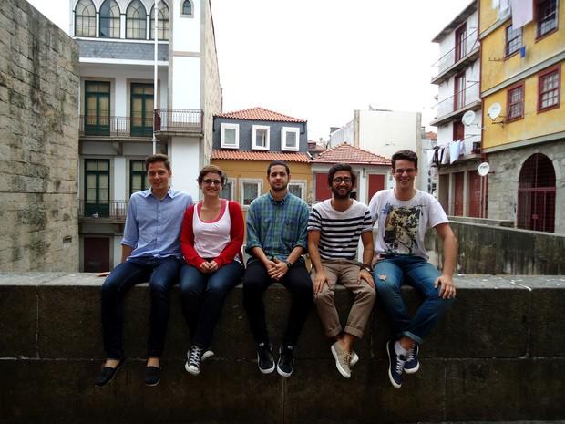 Yuri Piffer (extrema direita) ao lado dos participantes do projeto Arrebita! Porto, em Portugal (Foto: Yuri Piffer/Arquivo pessoal)
