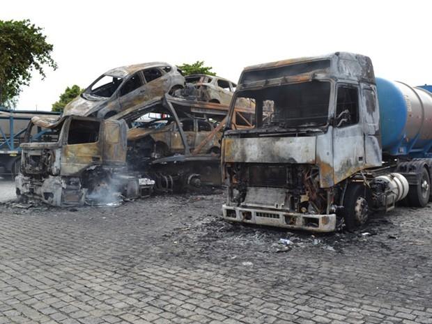 Caminhão cegonha pega fogo com 11 carros e todos ficam destruídos; bahia (Foto: Everaldo Lins / Visão Diária)