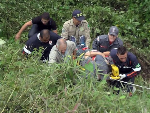 Caminhonete cai de ribanceira de 15 metros e deixa 2 feridos na BR-146 (Foto: Jaderson Rodrigues)