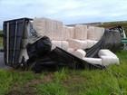 Caminhão carregado com algodão tomba em rodovia de Votuporanga