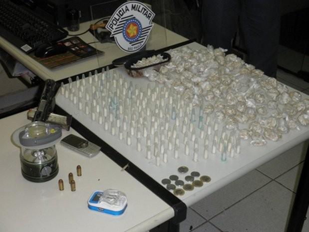 Foram localizados 158 pinos de cocaína, 2840 pedras de crack e três armas (Foto: Divulgação/Polícia Militar de Mairinque)