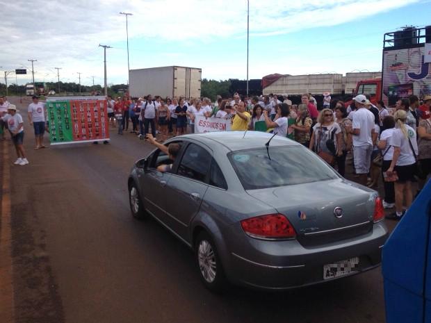 Cerca de 300 manifestantes participam do protesto; trânsito no acesso à ponte é liberado a cada cinco minutos (Foto: Marcos Machado / RPC)