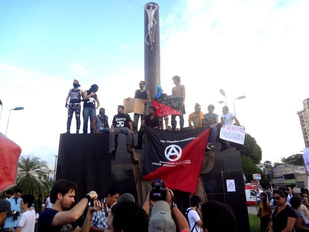 Manifestantes escalam monumento do centro de Belém (PA) durante protesto realizado na cidade nesta segunda-feira (Foto: Gil Sóter/G1)