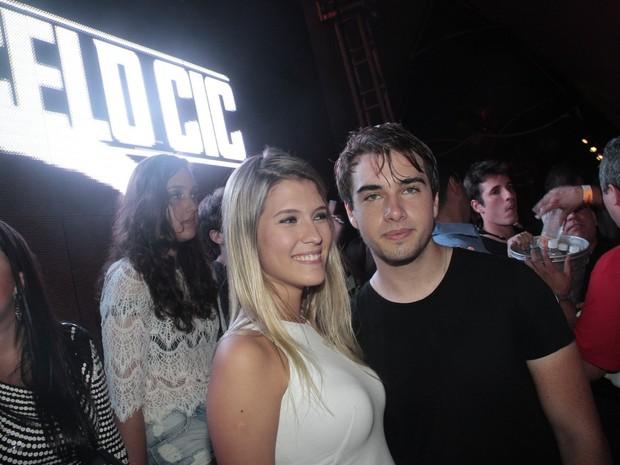 Olin Batista com a namorada, Jade Giron, em festa na Marina da Glória, Zona Sul do Rio (Foto: Isac Luz/ EGO)