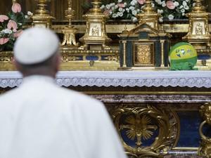 De volta a Roma, Papa Francisco reza diante do altar da Basílica de Santa Maria, após colocar sobre ele uma bola da Jornada Mundial da Juventude no Brasil. (Foto: Reuters/Osservatore Romano)