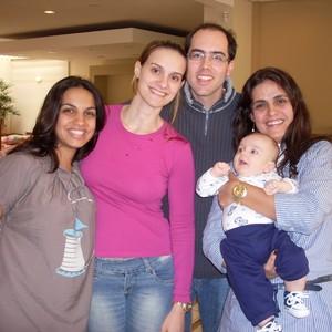 Carolina (de rosa) com o marido Thiago, o filho Arthur, sua doula e sua parteira (Foto: arquivo pessoal)