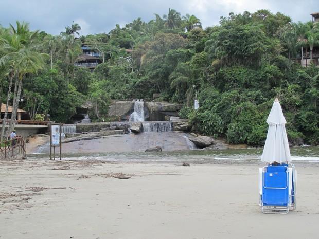 Cachoeira em frente a Praia de Iporanga (Foto: Mariane Rossi/G1)