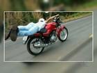 Motociclista pilota deitado em banco de moto em rodovia de Goiás; veja