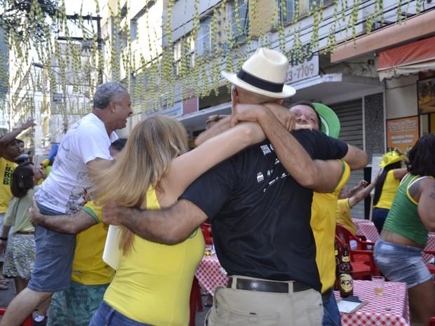 Torcedores festejaram vitória brasileira, Rua Sete, Centro (Foto: Geovana Chrystêllo/ G1)