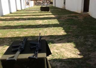 Em estande de tiro de quartel em Osasco, militares testam o FAL (preto, à direita) e o IA2 (com verde escuro, à esquerda) (Foto: Tahiane Stochero/G1)