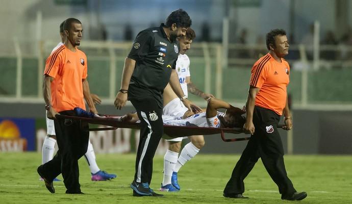 Léo Cittadini é tirado de campo após se lesionar em itu (Foto: Ivan Storti/ Santos FC)