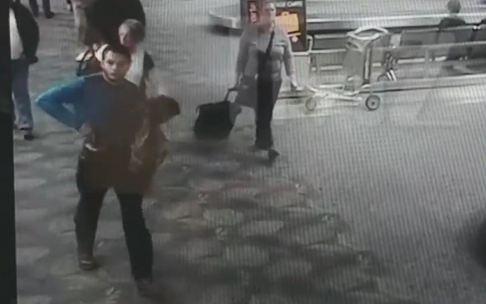 Esteban Santiago saca arma antes de iniciar disparos no Aeroporto de Fort Lauderdale (Foto: Reprodução / TMZ)