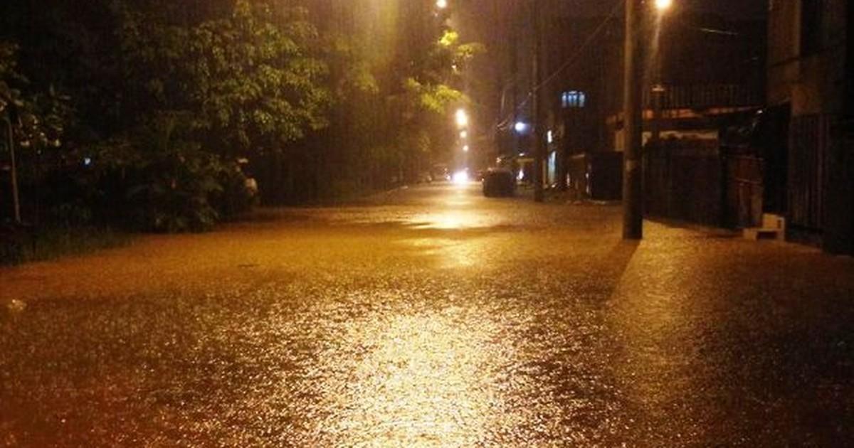 Deslizamento de terra causa bloqueio de pista na Rodovia Anchieta - Globo.com