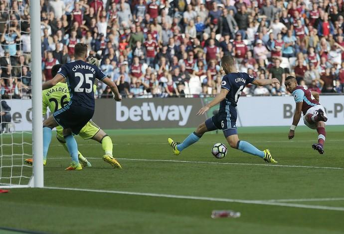 Payet chuta e faz golaço em West Ham x Middlesbrough (Foto: AP Photo/Frank Augstein)