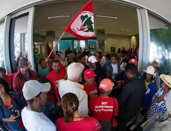 Integrantes do Movimento dos Trabalhadores Rurais Sem Terra (MST) ocupam Ministério da Fazenda contra cortes de orçamento que afetam ações de reforma agrária (Foto: Marcelo Camargo/Agência Brasil)