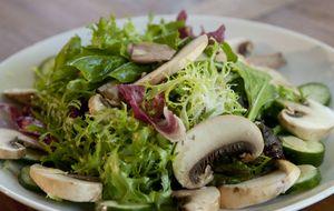 Salada de mix de folhas com cogumelo de Paris