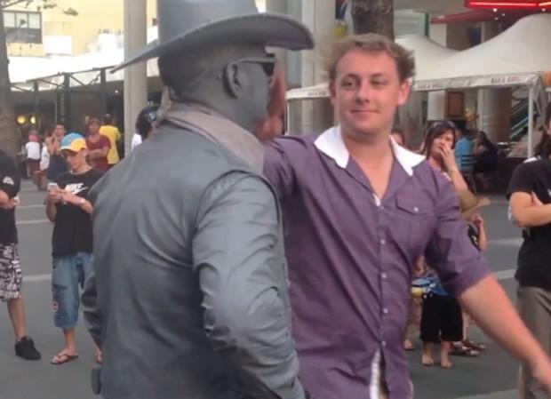 Pedestre começou a provocar estátua viva durante apresentação (Foto: Reprodução)