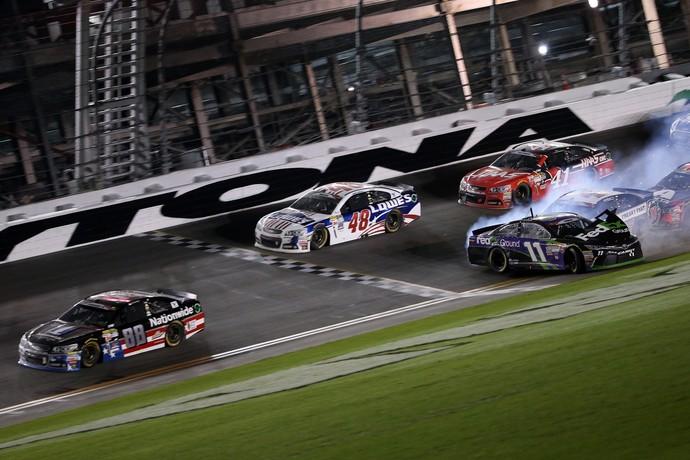 Toque em Denny Hamlin na linha de chegada provocou confusão na corrida de Daytona da Nascar (Foto: Getty Images)