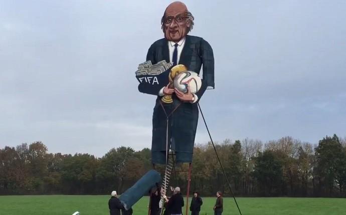Boneco Joseph Blatter Fifa Queimado