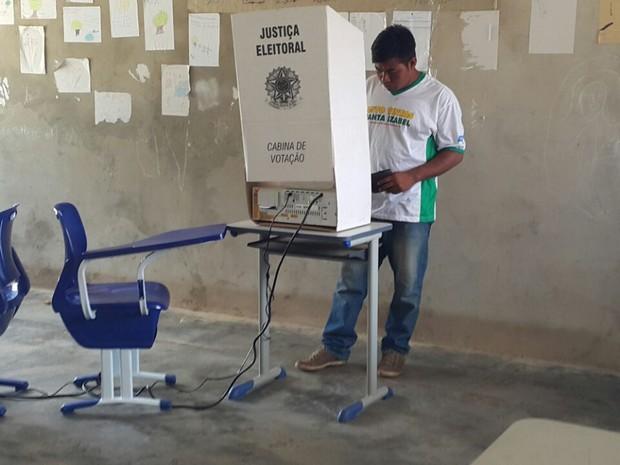 Indígenas votam em Tocantínia (Foto: Rachel Lemos/TV Anhnaguera)
