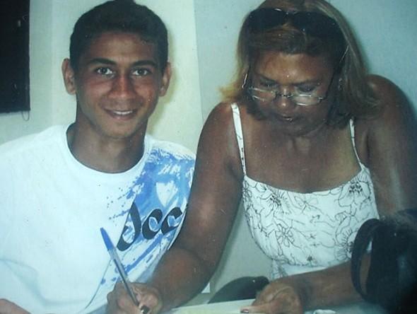 Assinatura do primeiro contrato com Santos (Foto: Arquivo Pessoal)