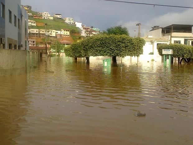 Na manhã desta quinta-feira (26), o Centro da cidade de Barra de São Francisco, Norte do Esp[irito Santo, estava completamente alagado (Foto: Marcos Saldanha/ VC no G1)