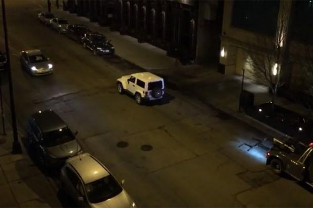 esmo com veículo com a traseira levantada, condutor acelerou e fugiu (Foto: Reprodução/YouTube/Tony Marengo)