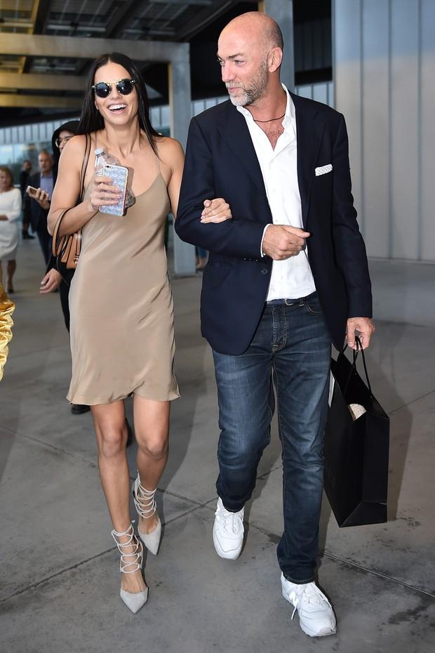 A brasileira Adriana Lima usa look estiloso nos bastidores da semana de moda de Milão (Foto: Getty Images)