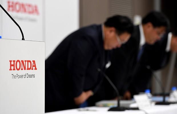 Diretoria da Honda, incluindo o vice presidente Seiji Kuraishi, durante apresentação de resultados da empresa para 2016 (Foto: Toshifumi Kitamura/AFP)