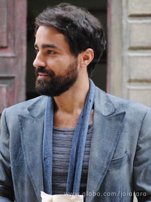 Fabrício é um homem misterioso que acaba se apaixonando por Lola (Foto: Joia Rara/ TV Globo)